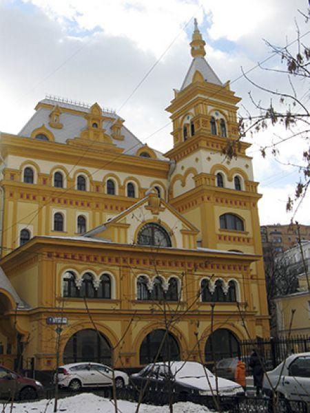 Метро Полянка, 1-й Хвостов переулок, 5. Здание постройки 1997 года в псевдорусском стиле, построенное Александром Щукиным и Михаилом Леоновым, сразу стали называть «теремком» за то, что правда напоминает дом из сказки.