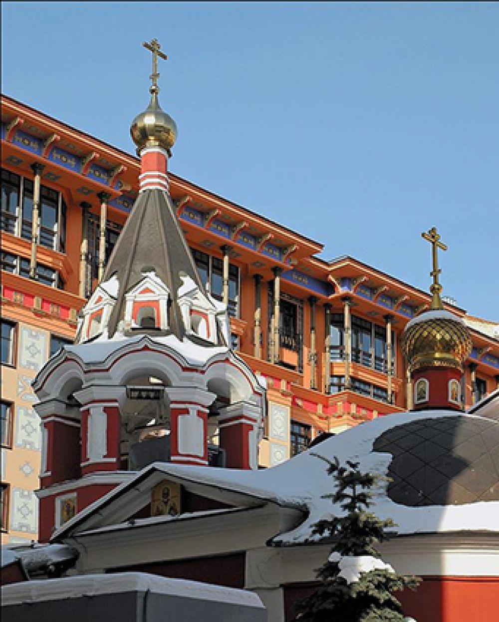 Метро Арбатская, Филипповский переулок, 13. Российский архитектор Михаил Белов создал один из самых красивых домов современной Москвы — «Помпейский дом». Проект вынашивался архитектором всего 2 года, строительство было завершено в 2005-м.