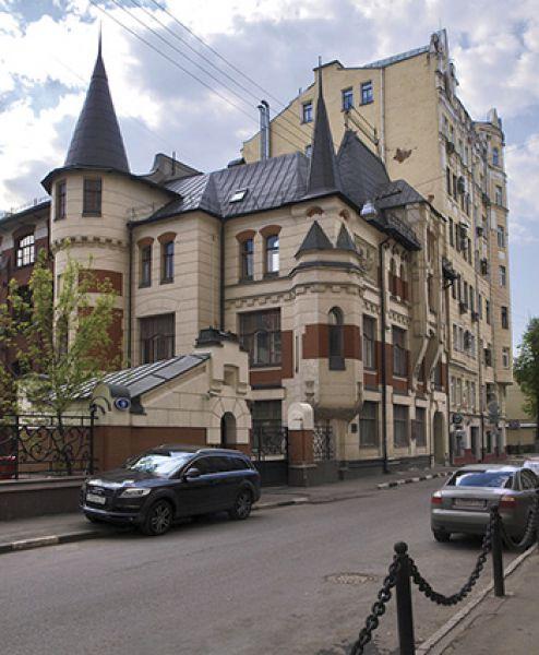 Метро Маяковская, Трехпрудный переулок, 9. В этом доме располагалось «Товарищество скоропечатни А. А. Левенсона» — одна из известных и лучших типографий и издательств Российской империи.