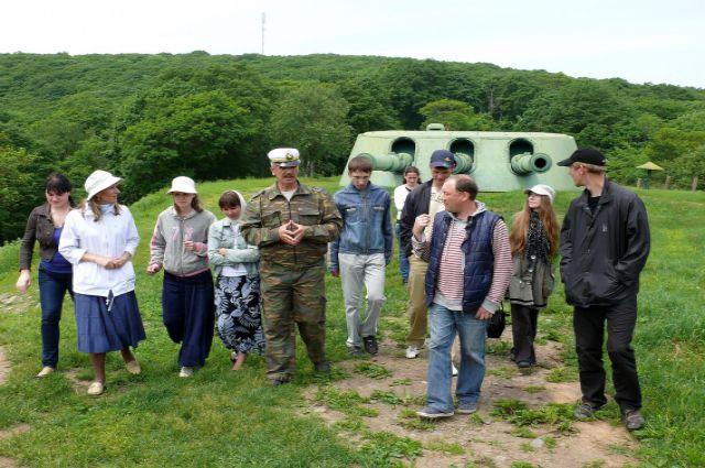 Владивостокская крепость привлекает людей разных возрастов.