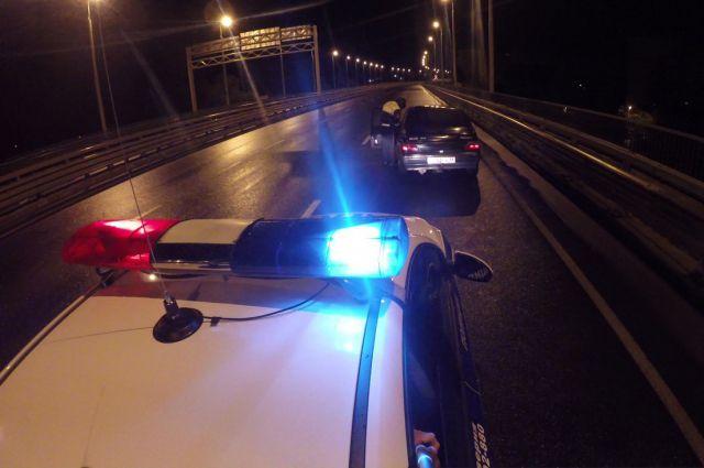 Полиция проверяет автомобили серебристого цвета.