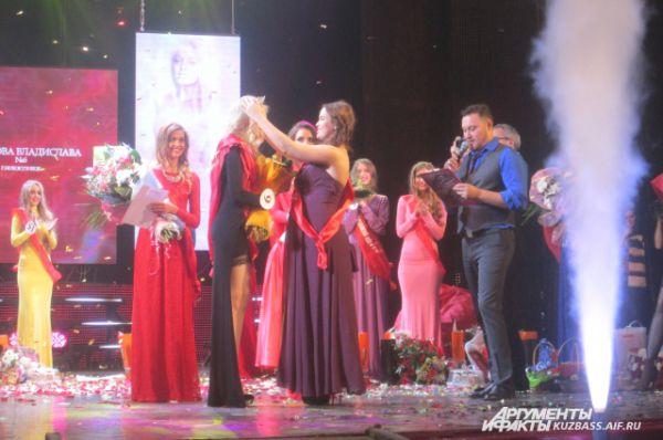 Впервые за историю кузбасского конкурса корону победительнице вручает беременная красавица.