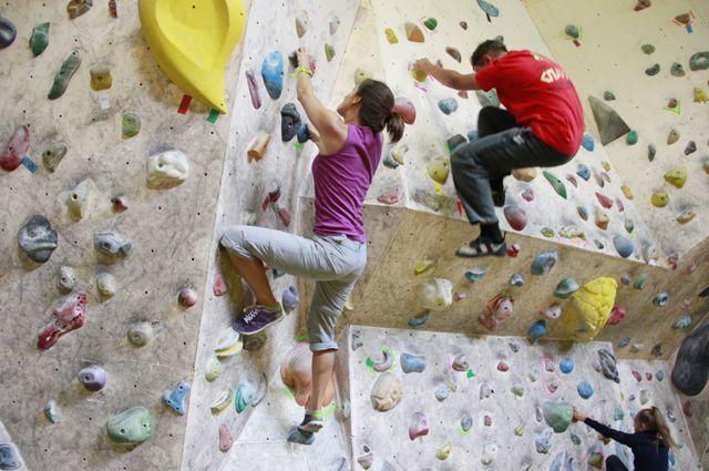Во время тренировки по скалолазанию ребёнок упал с четырёхметровой высоты.
