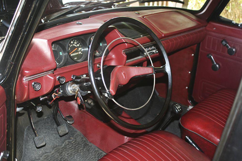Салон «Москвича-412» выпуска середины 70-х годов, с модернизированным щитком приборов. Красный цвет пластиковых деталей обычно считается признаком «экспортности» автомобиля, но на самом деле «цветные» (красные, коричневые, бежевые) салоны ставились и на машины для внутреннего рынка, хотя и реже, чем на экспортные.