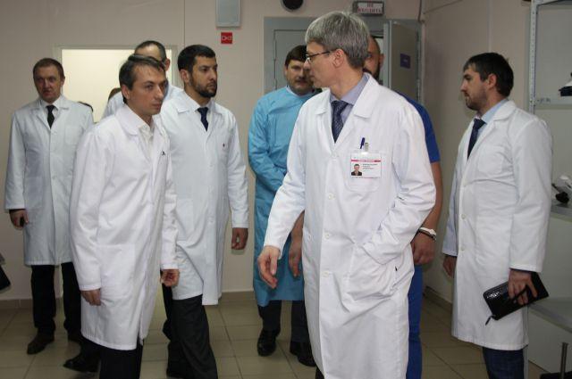 Главврач ОКБ Алексей Добровольский показывает чеченским коллегам возможности больницы.