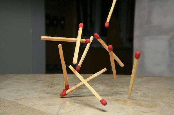 Спички. Первые спички сделал в 1805 году французский химик Жан Шансель. Это были деревянные спички, зажигавшиеся при соприкосновении головки из смеси серы, бертолетовой соли и киновари с концентрированной серной кислотой. В 1813 году в Вене была зарегистрирована первая спичечная мануфактура Малиарда и Вика по производству химических спичек.