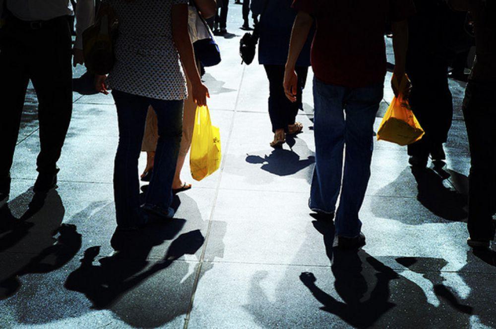 Пластиковый пакет. Обычный фасовочный пакет впервые был произведён в США в 1957 году и был предназначен для упаковки сэндвичей, хлеба, овощей и фруктов. В 1982 году в крупнейших торговых центрах в продаже появляются «майки» - полиэтиленовые пакеты с ручкой.