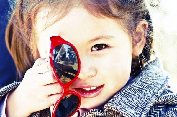 Солнцезащитные очки. Массовое производство дешевых солнцезащитных очков началось в Америке в 1929. Поляризованные очки появились в 1936, когда Эдвин Лэнд изобрел линзы с поляризационным фильтром.