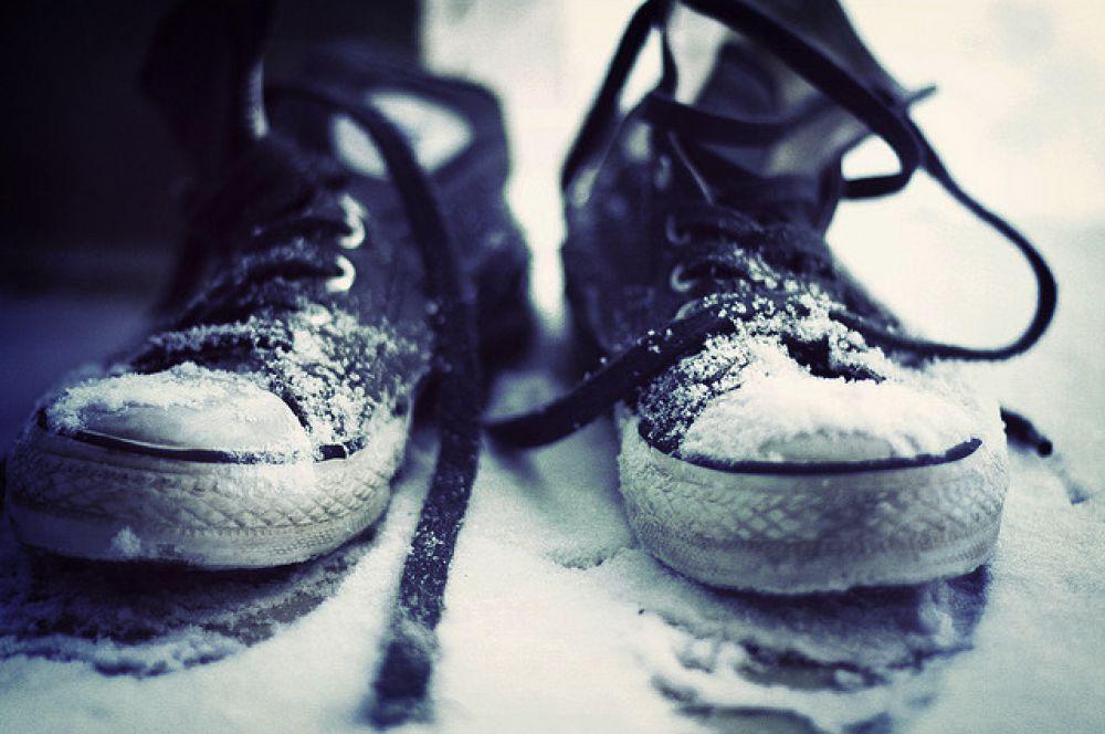 Шнурки. Шнурки снискали популярность лишь в XX веке. До этого в ходу была обувь без шнурков или с различными пряжками, пуговицами. В истории не сохранилось имени изобретателя этой простой части одежды, но, как ни странно, известна точная дата и место изобретения, — конец XVIII века, 27 марта 1790 года, Англия. Это была средней длины веревочка с металлическими наконечниками в двух концах, что не давало ей растрепаться и способствовало легкому продеванию шнурков в отверстия на верхней части обуви.