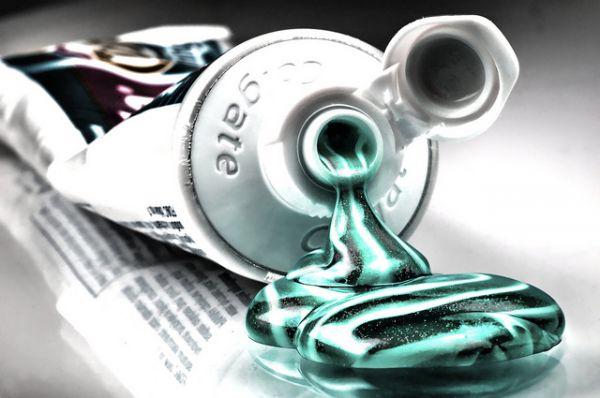 Тюбик для зубной пасты. Разбавить зубной порошк водой и сделать из него пасту придумал в 1873 году аптекарь Колгейт. Но расфасовывать ее в привычную нам упаковку придумал не он. Джон Ренд, запатентовал прообраз современного тюбика в 1841 году как «усовершенствованный сосуд для хранения красок», который потом стали использовать для хранения зубной пасты.