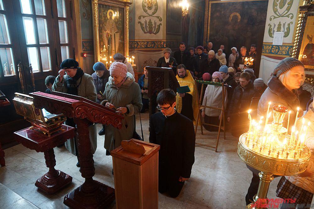 После чего ее перевезли в Свято-Троицкий кафедральный собор, где она пробудет до воскресенья.