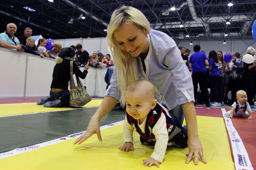 Родители и дети шли по дистанции нога в ногу и рука в руку.