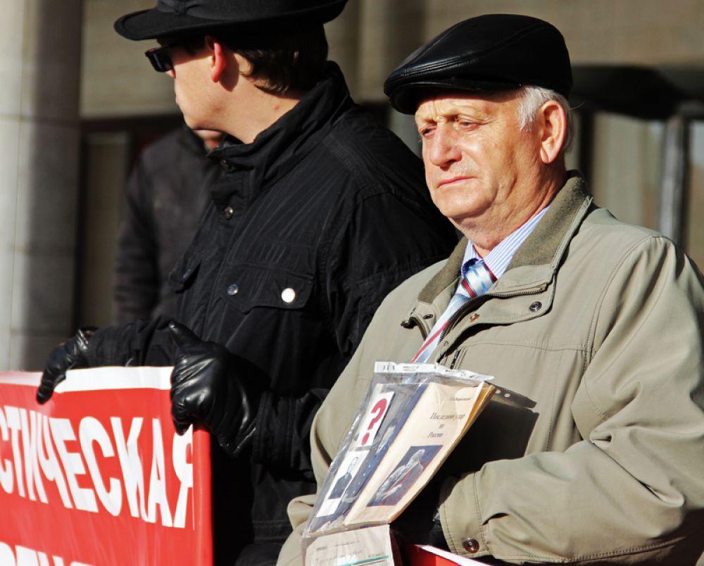 Пользуясь случаем, сторонники ЛДПР тут же устроили тихую презентацию книги Владимира Жириновского