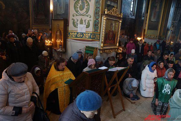 В субботу перед ковчегом с частицей мощей святого князя Владимира состоялся молодежный молебен с чтением акафиста.