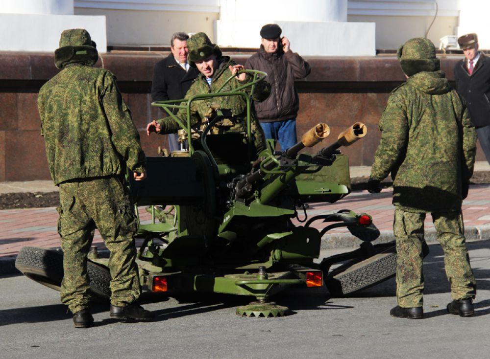 На площади было установлено зенитное орудие