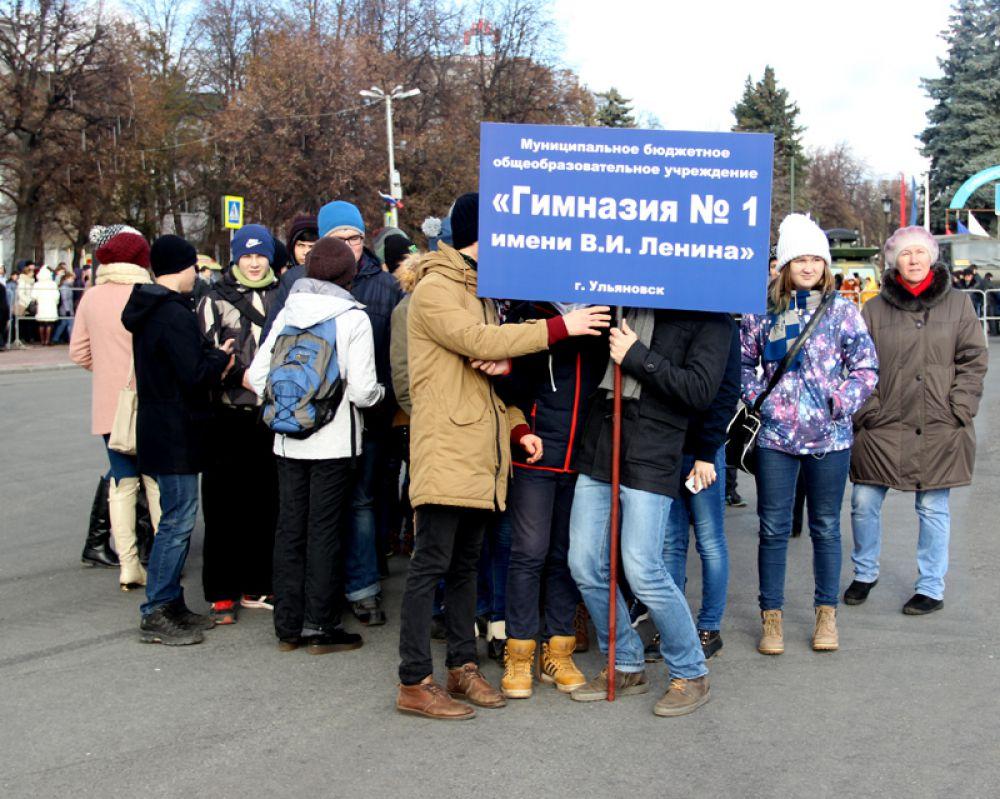 Первыми на площадь вошли школьники