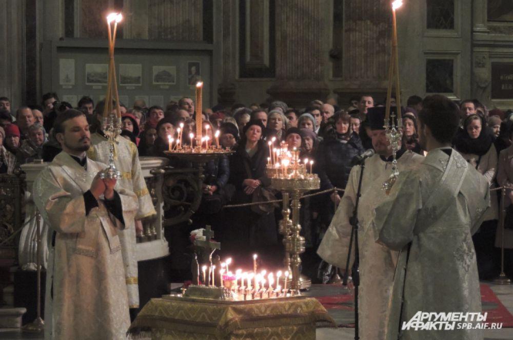 Священнослужители провели литию в храме.
