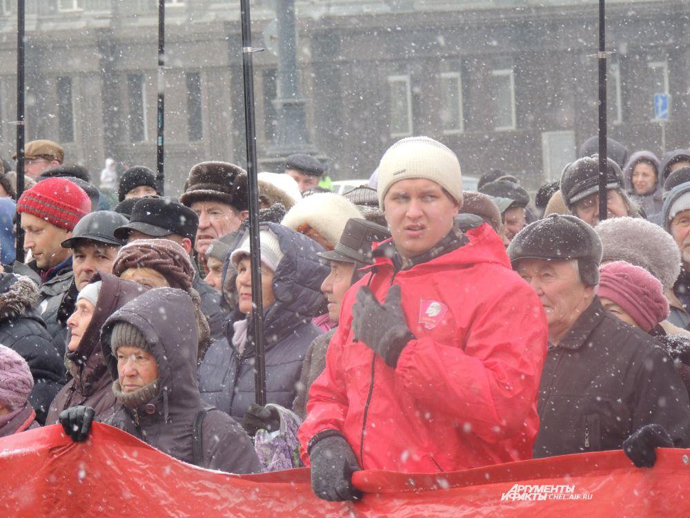 Красный цвет заполнил площадь Революции.