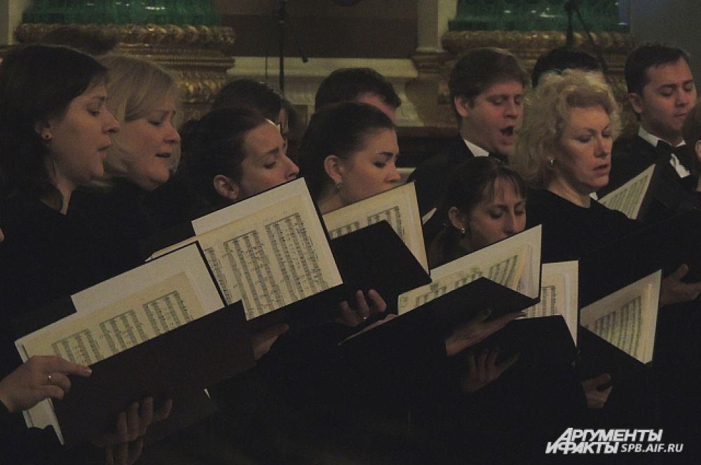 Камерный хор Смольного собора исполнил траурные песнопения.
