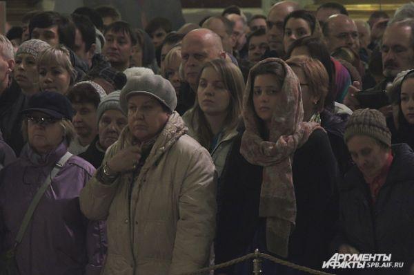 Несмотря на количество людей, перед началом службы в соборе стояла полная тишина.