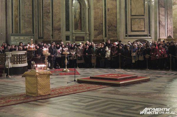 В Исаакиевский собор пришли больше тысячи человек.