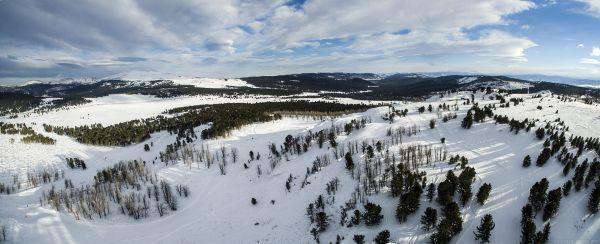 Справа - Тияхта с горнолыжной трассой, на горизонте в левой части видна гора Сарлык