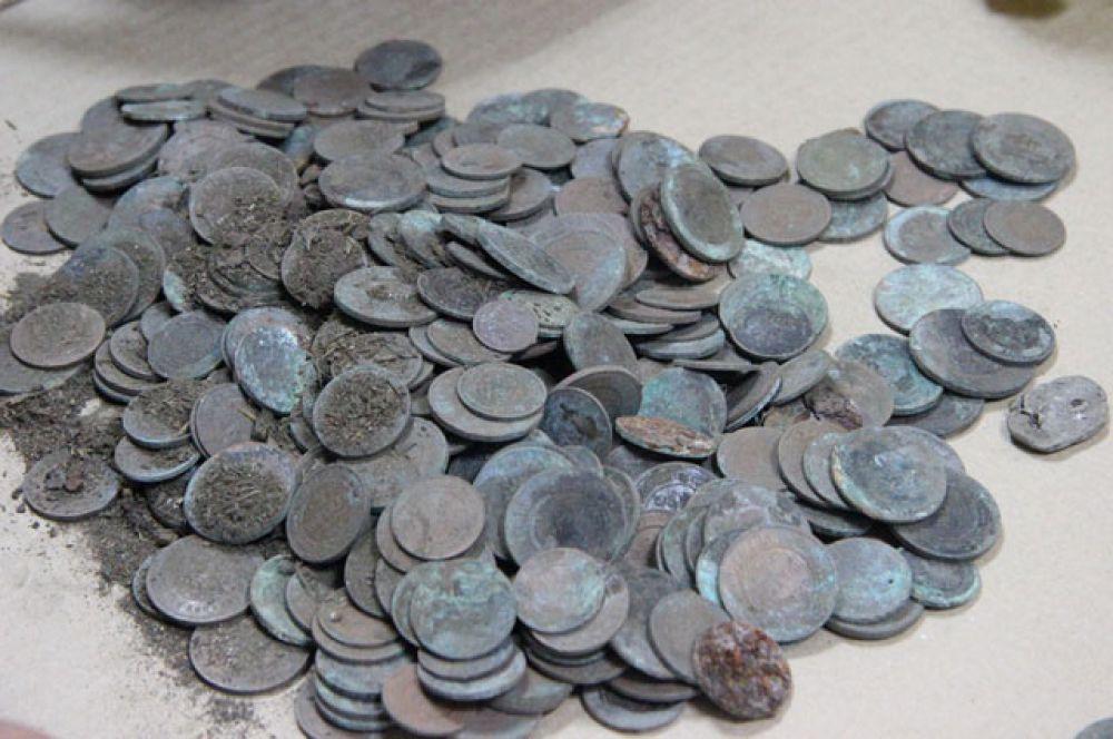На вид все монеты одинаковые. Медяки неопытные кладоискатели часто принимают за золотые монеты.