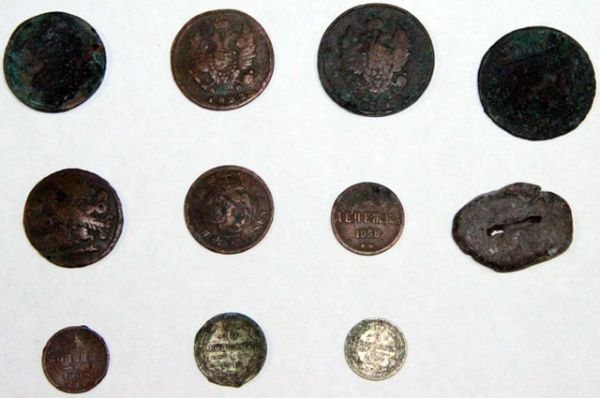 Найденные изделия представляют собой медные монеты образца XIX-XX веков достоинством 1, 3, 5 и 10 копеек.