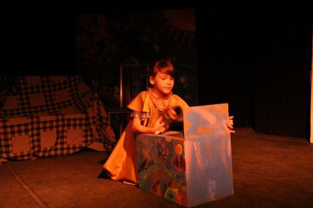 Самой младшей актрисе спектакля - 8 лет.