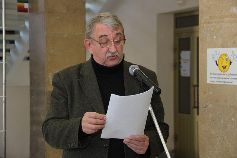 У микрофона - заслуженный артист России Василий Конопатин.