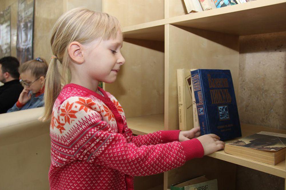 Шкаф для обмена книгами пользовался большой популярностью.