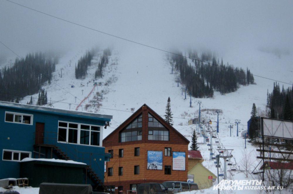 Облака застревают на вершинах гор и очень медленно рассеиваются.