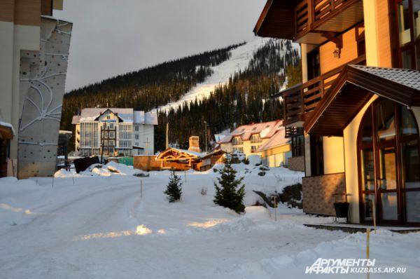 Рассвет в Шерегеше. Территория отеля Alpen Club.