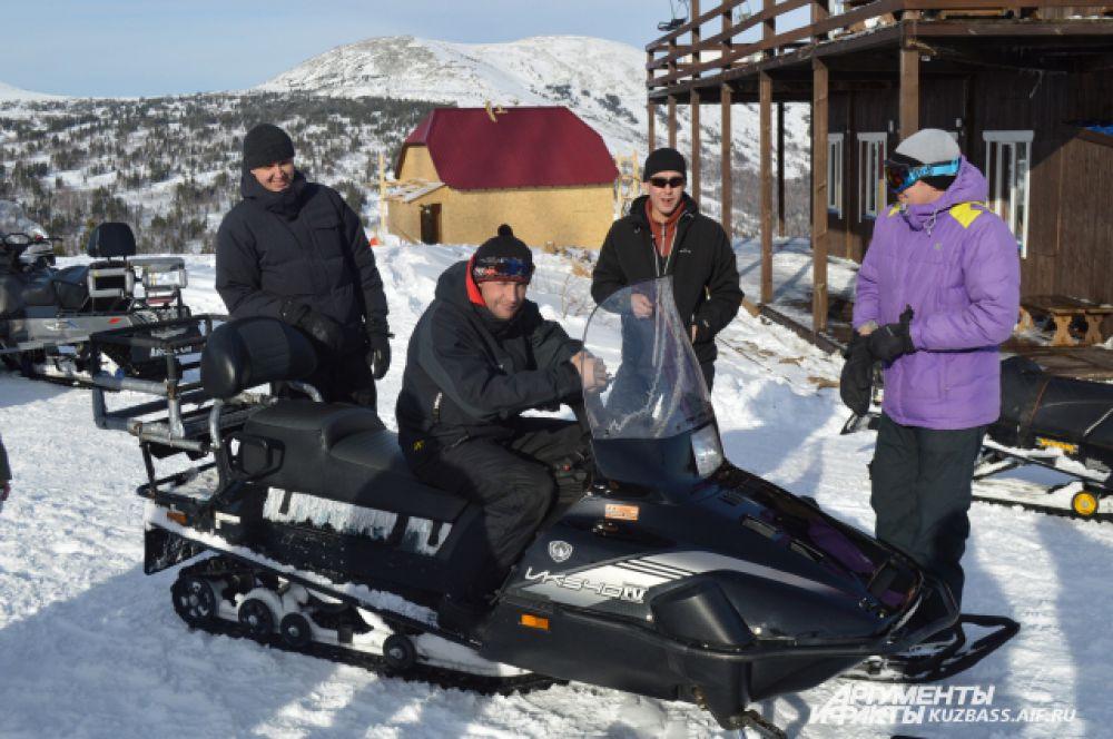 За пару минут снегоходчики доставят вас до Поклонного креста на горе Курган.