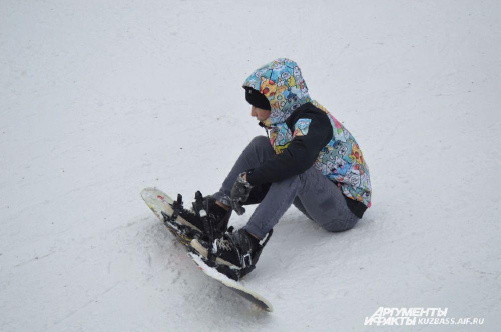 При первых поездках на сноуборде падения неизбежны. Но нужно пробовать снова и снова.