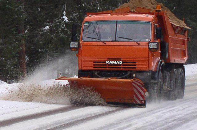 Работы по очистке дорог от снежных осадков продолжаются уже сутки.