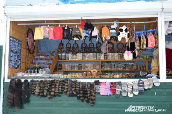 Мимо рынка пройти не получится и уйти с пустыми руками - тоже. От разнообразия товаров разбегаются глаза. Местные мастера изготавливают сувениры на продажу.