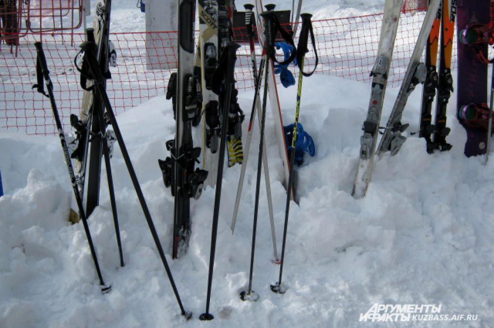 Спортивный инвентарь горнолыжников.