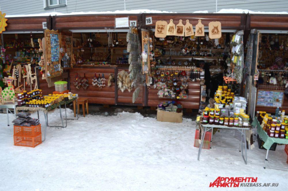 На рынке можно приобрести сувениры из кедра, магнитики, меховые изделия, травы, мед и ягоды.