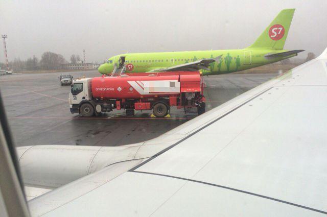 Вид из иллюминатора самолета рейса SU 5833 на аэропорт в Нижнем Новгороде.
