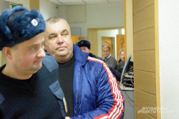 «Маски-шоу», — бросил Алфосов проходя про корридору через строй журналистов.
