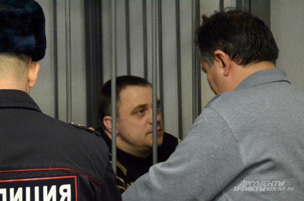 Бывший замначальника МРЭО УГИБДД УМВД России по Рязанской области Игорь Тесленко со своим адвокатом.