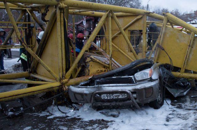 Автомобиль Toyota RAV4 рухнувший кран буквально впечатал в асфальт.