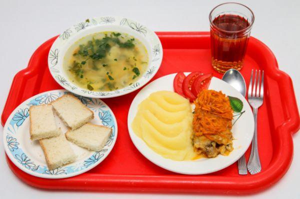 Такими горячими обедами кормят учеников в школьных столовых Волгодонска.