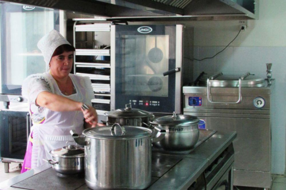 Чтобы дети каждый день получали полноценное горячее питание, работники пищеблока приходят на смену каждый день к 6.30 утра.