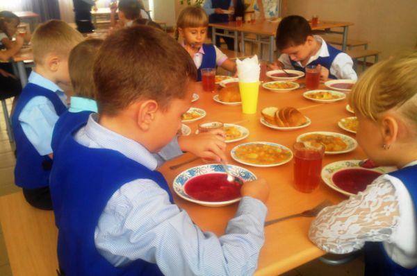 Для приготовления первого, второго и салата работники столовой ежедневно перерабатывают 17-18 килограммов мяса, 23-30 килограммов картофеля, 10-15 – овощей.  Дети съедают 22 килограмма хлеба, выпивают 100 литров компота или чая, 70 литров сока.