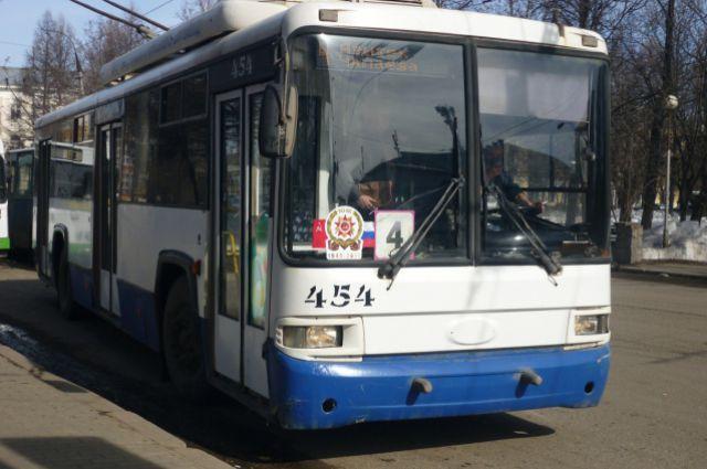 Пока кировчане вынуждены дожидаться транспорт под открытым небом.
