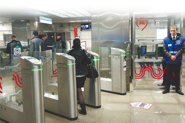 Сначала пассажирский поток «сканируют» люди, потом подключается спецтехника.