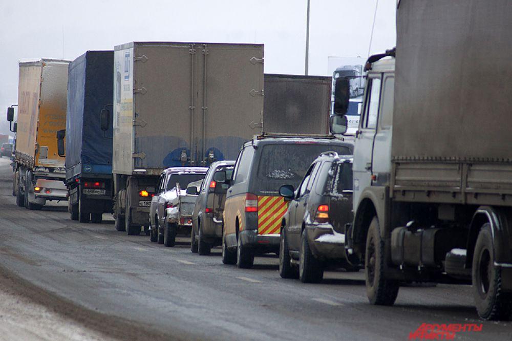 Проезжающие автомобилисты с понимаем отнеслись к подобной акции дальнобойщиков.