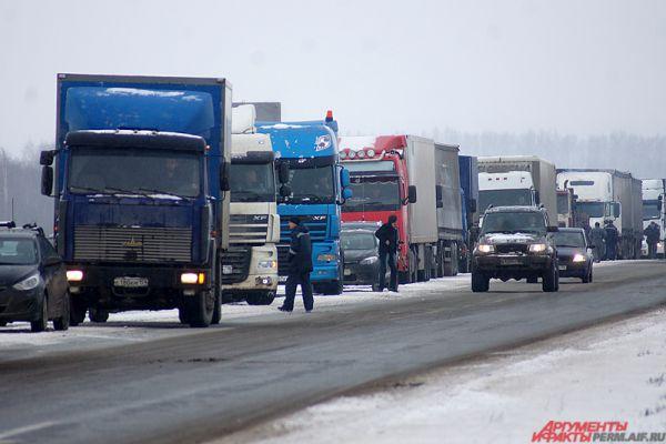 Премьер-министр России Дмитрий Медведев решил все же пойти на уступки предпринимателям. Он подписал постановление, согласно которому размер платы с большегрузов за один километр пути по федеральным трассам до 29 февраля 2016 года будет составлять 1,53 рубля, а с 1 марта 2016 года до 31 декабря 2018-го составит 3,06 рубля на один километр.